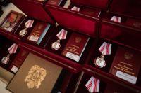 В Оренбуржье государственные награды вручили 40 медработникам, проявившим себя в борьбе с COVID-19.