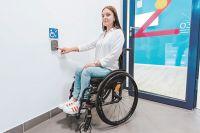 Кнопка «Службы помощи» должна быть расположена максимально удобно для колясочника.
