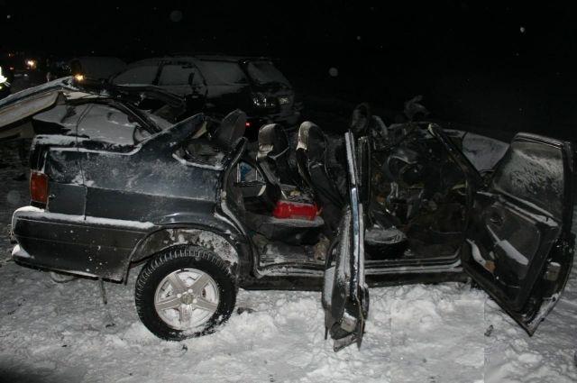 В Барабинском районе столкнулись три автомобиля из-за выезда Лексуса на встречную полосу.