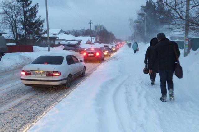 Второй день подряд утренний Новосибирск погружается в многокилометровые пробки. Сегодня, 9 декабря, на обоих берегах движение было затруднено: многие новосибирцы опоздали на работу.