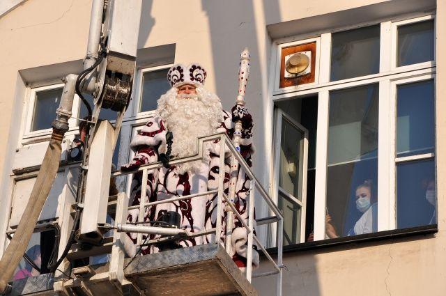 Вот таким необычным транспортом прибыл Дед Мороз в гости к пациентам Областной детской больницы.