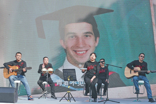 Выступление Band for One в Ханьчжоу, провинция Чжэцзян, 7 ноября.