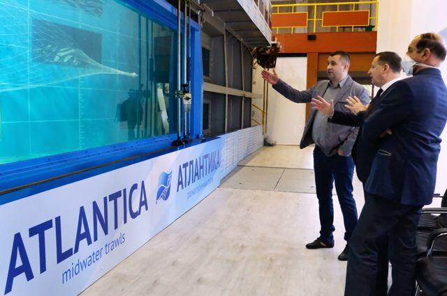 Заместитель главы Росрыболовства Пётр Савчук (в центре) убедился в преимуществах обучения рыбаков в гидролотке.