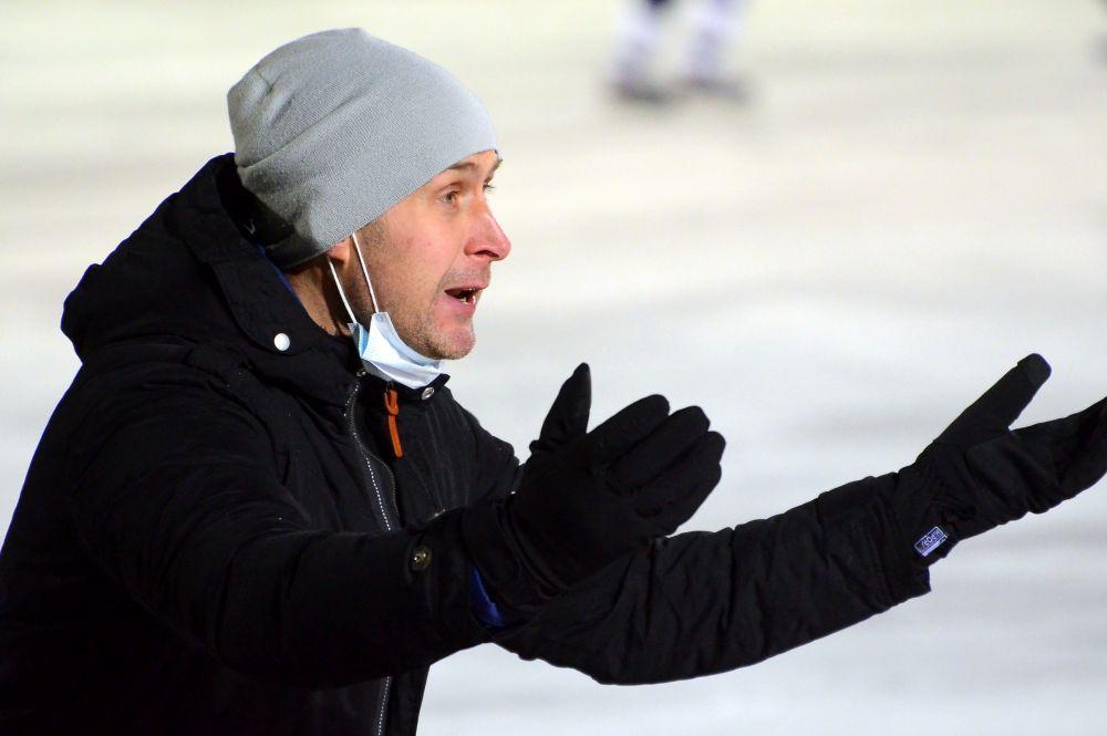 Главный тренер мурманчан Александр Кротов долго ещё кричал и не мог никак успокоиться после этого эпизода: он больше игроков был огорчен.