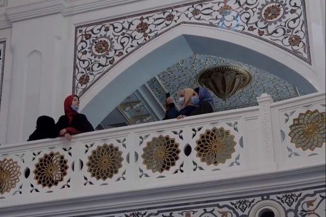 Паломникам показывают самую большую мечеть в Европе