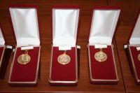 Первые семь женщин получат по 100 тыс. рублей.
