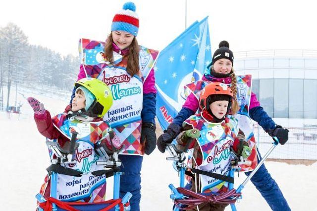 Дети с ограниченными возможностями при помощи горнолыжного спорта проходят реабилитацию.