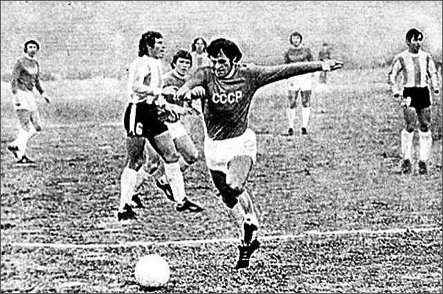 Леонид Назаренко играл за сборную СССР, после травмы начал тренерскую карьеру. На фото матч СССР и Аргентины.