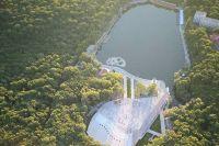 В числе главных достопримечательностей - Курортное озеро и Феррум-площадь