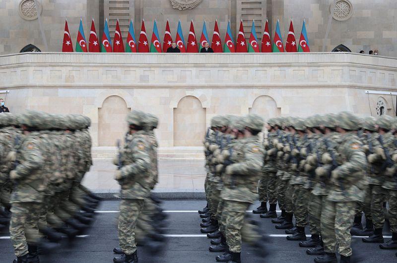 Военнослужащие азербайджанской армии на военном параде в Баку.