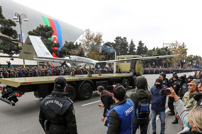 Жители Баку у машины с беспилотником после военного парада.