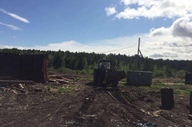 Лесниками уже были выявлены нарушения с уничтожением плодородного слоя земли и молодого леса на участке.