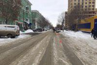 Автомобиль Toyota Harrier сбил мать и 15-летнюю девочку на улице Котовского в Ленинском районе Новосибирска.