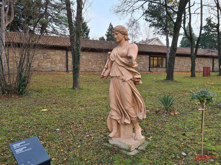 Статуя во дворе мавзолея Тито. Представьте такую в мавзолее Ленина.
