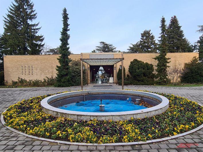 Сам «Дом цветов», как именуют мавзолей Тито в Белграде.