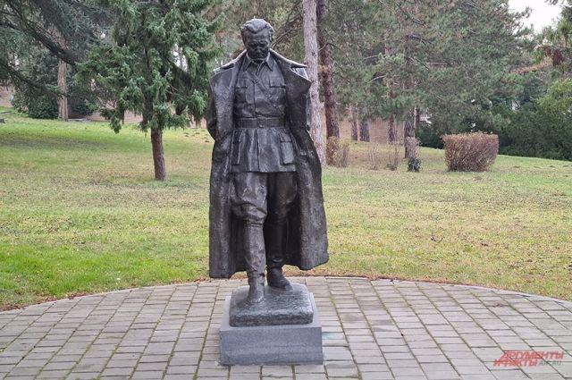 Статуя маршала Тито у мавзолея.