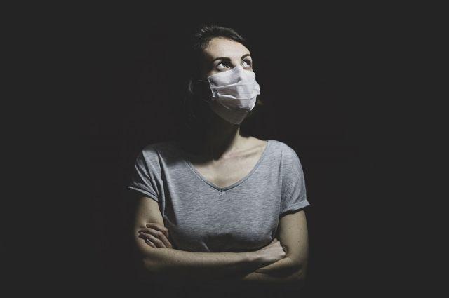 Жителям по-прежнему нужно соблюдать социальную дистанцию и носить маски.