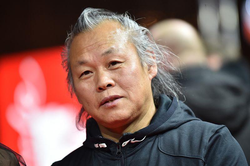 Южнокорейский режиссер Ким Ки Дук скончался в возрасте 59 лет 11 декабря. Возможной причиной его смерти называют осложнения коронавируса.