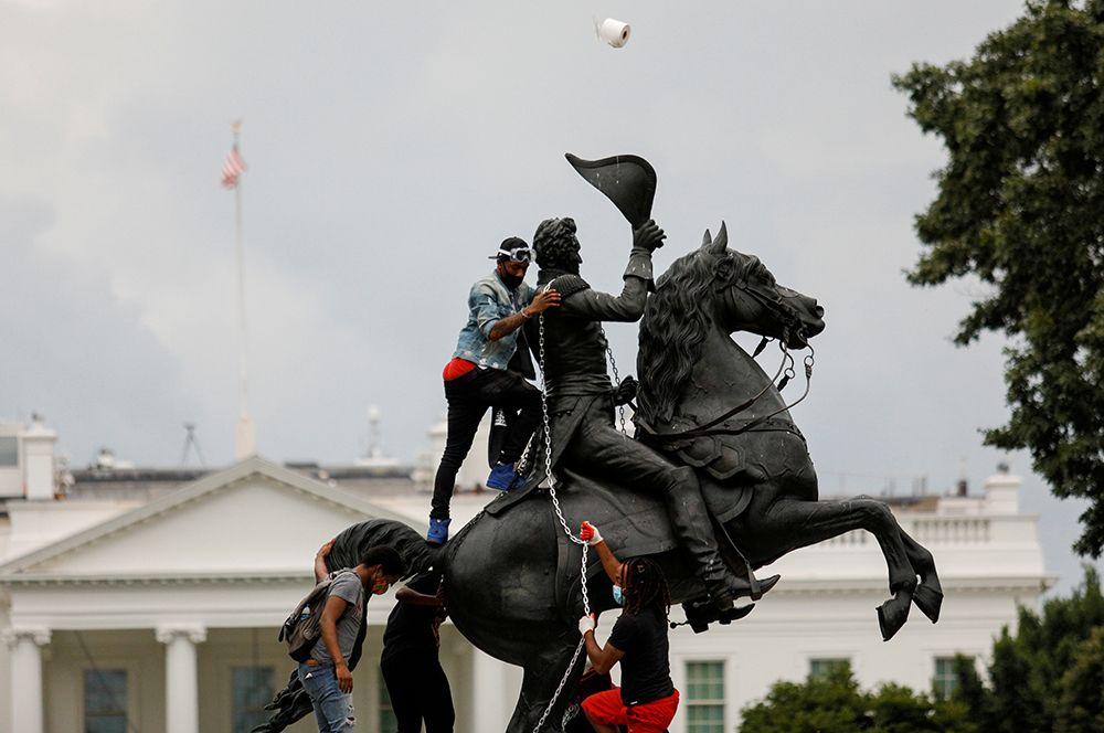 Протестующие сносят статую президента США Эндрю Джексона в центре парка Лафайет перед Белым домом в Вашингтоне во время протестов против расовой дискриминации в США.