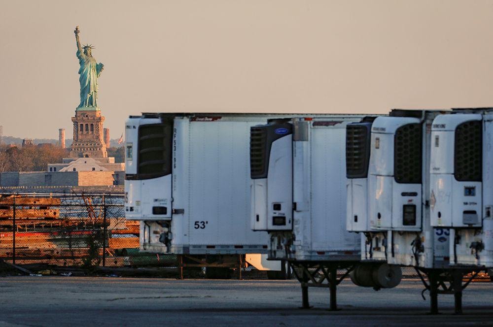 Прицепы-рефрижераторы, используемые для хранения тел умерших людей, в Нью-Йорке.