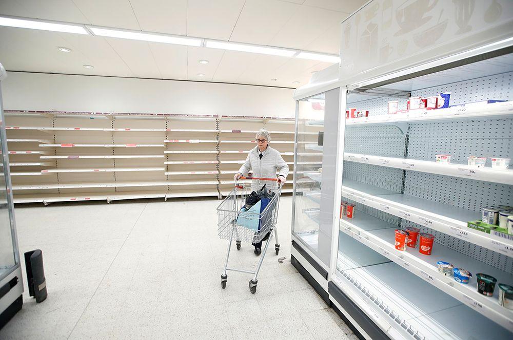 Пустые полки в супермаркете в Харпендене, Великобритания. В начале карантина во многих городах мира люди стали опустошать прилавки магазинов.