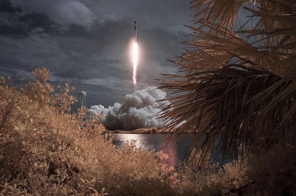 Первый пилотируемый запуск корабля Crew Dragon, созданного компанией SpaceX Илона Маска. На борту корабля на МКС отправились астронавты NASA Даг Херли и Боб Бенкен. Запуск стал первым пилотируемым стартом американского космического корабля со времени завершения программы «Спейс Шаттл» в 2011 году.