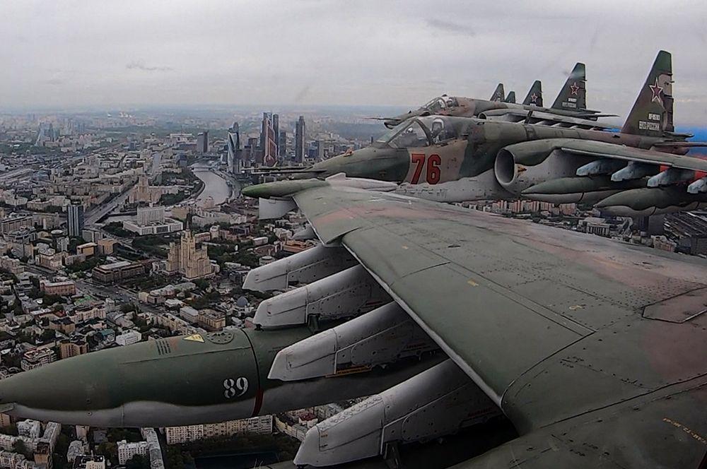 Штурмовики Су-25 на воздушном параде Победы в Москве.