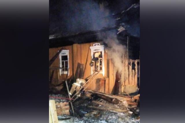 Двух людей удалось вынести живыми из огня, но спасти их было невозможно.