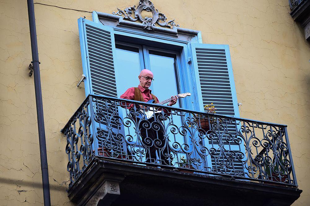 Италия стала первой европейской страной, закрывшейся на карантин из-за коронавируса, а также наиболее пострадавшей от пандемии. По стране быстро распространился своеобразный флешмоб: вечерами люди выходили на балконы своих домов, играли на музыкальных инструментах и пели песни.