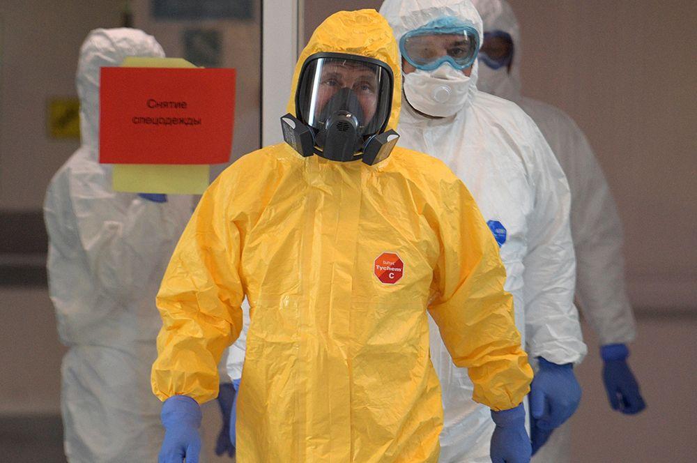 Президент РФ Владимир Путин во время посещения больницы, предназначенной для пациентов с подозрением на коронавирус, в московском поселке Коммунарка.