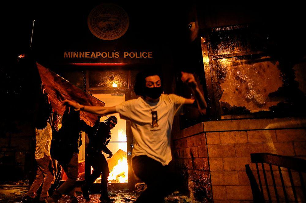 Протестующие поджигают полицейский участок во время массовых протестов, вспыхнувших в Миннеаполисе после смерти Джорджа Флойда.