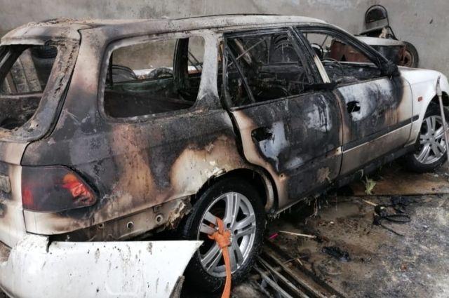 Автомобиль сгорел почти полностью.