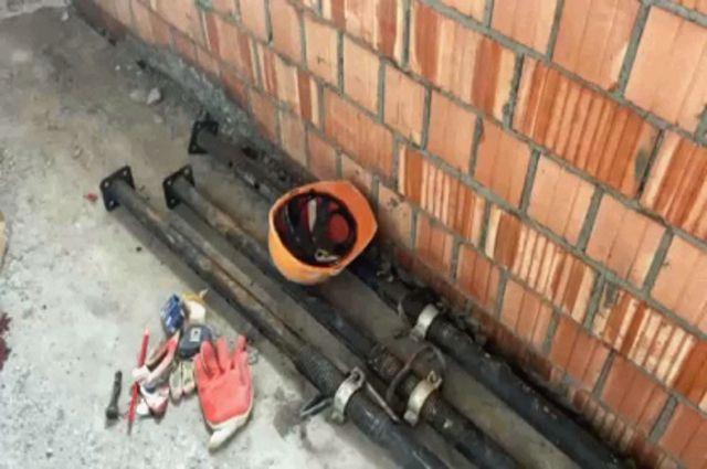 Рабочий упал в шахту лифта при возведении ее внешней стены.