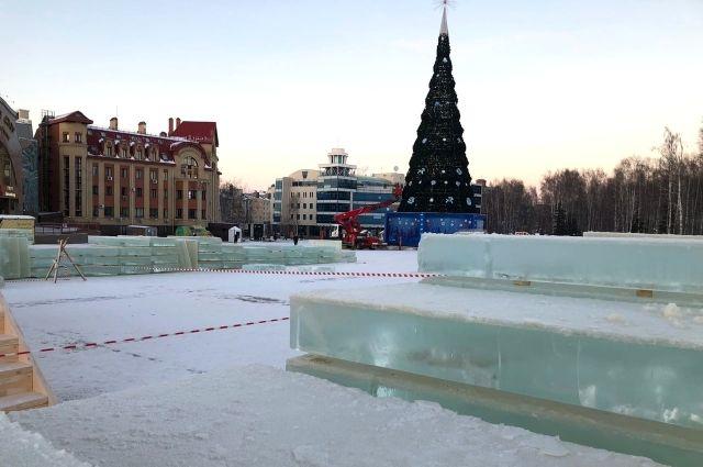 На центральной площади города строят чудо изо льда