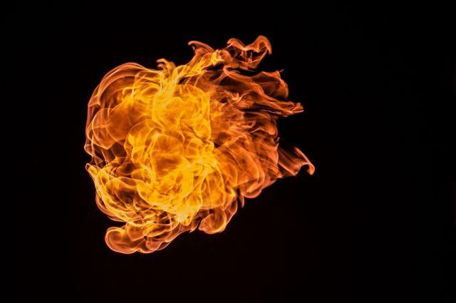 Частный дом был полностью охвачен огнём.