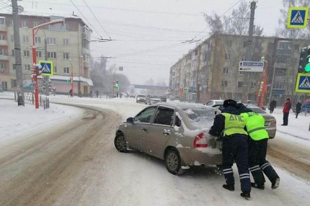 Машина стояла без движения перекрестке проспекта Кирова и улицы Шевцовой.