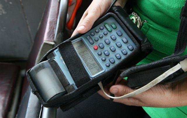 Терминал кондуктора может считывать банковские карты.