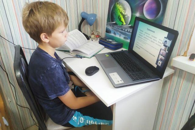 Старшеклассники могут находиться у экрана монитора 3 урока в день.