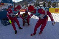 Александр Большунов, Андрей Мельниченко и Артем Мальцев празднуют победу в Давосе.