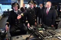 Александр Труханович показывает Владимиру Путину управление ледоколом «Виктор Черномырдин».