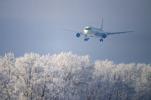 Самолет МС-21-310, оснащенный новыми российскими двигателями ПД-14, совершает посадку на аэродроме Иркутского авиационного завода — филиала ПАО Корпорация «Иркут», входящем в состав ОАК Госкорпорации «Ростех».
