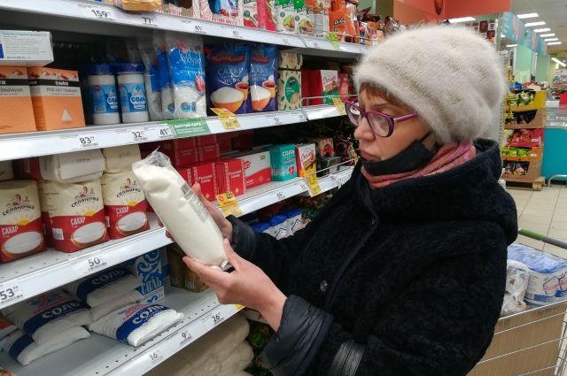 В магазинах у дома сахар подорожал до 70 рублей за килограмм.
