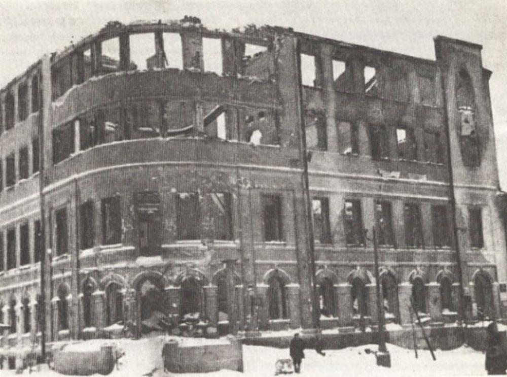 Разрушенное здание обкома комсомола на Советской площади.