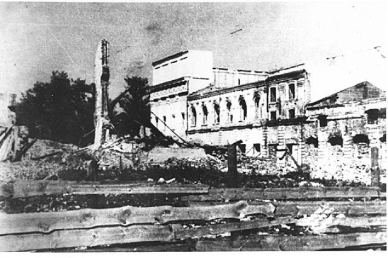 Разрушенный драмтеатр.