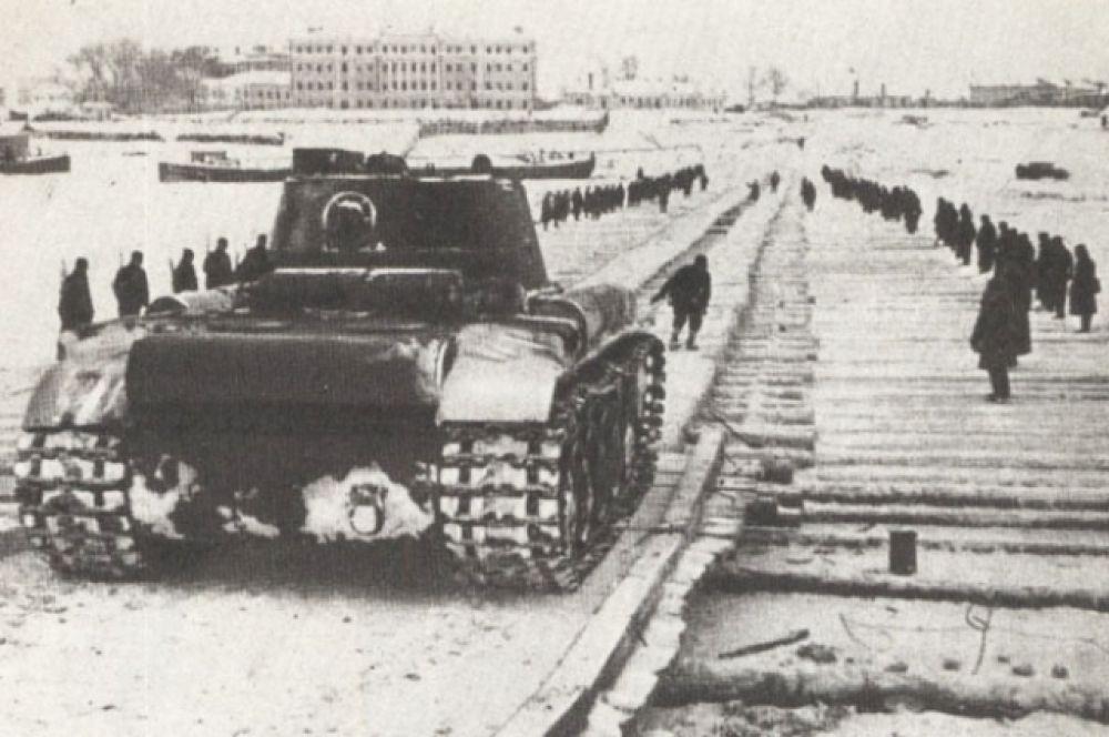 Тяжёлые танки проходят через Волгу по льду.