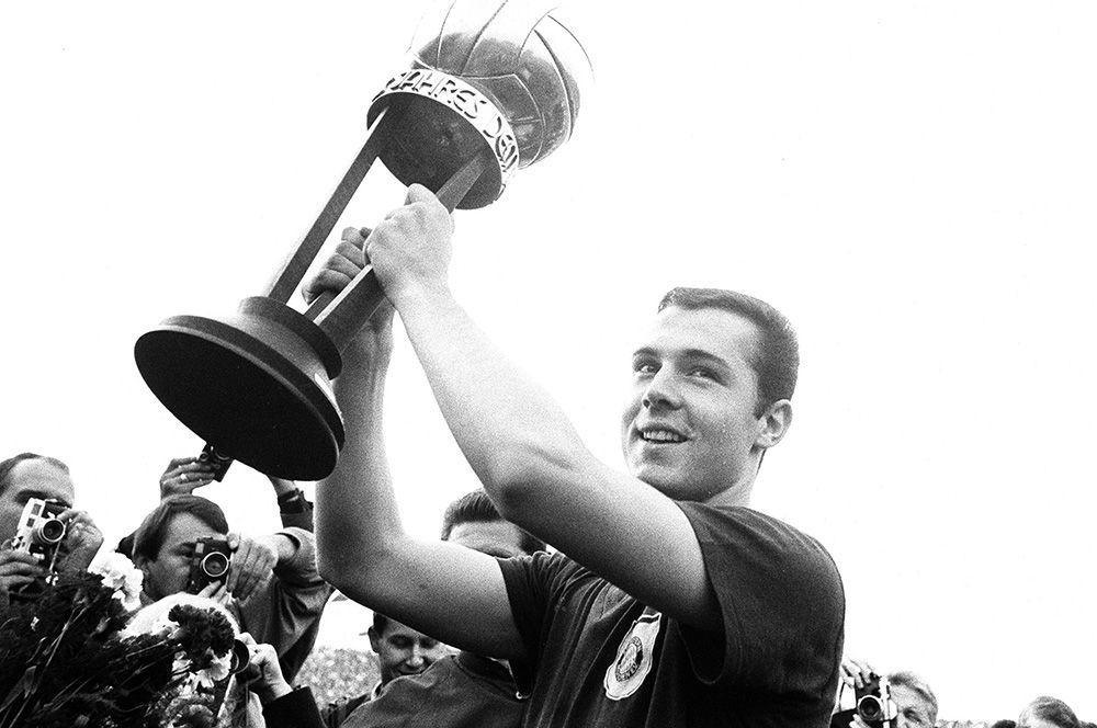 Франц Беккенбауэр. Франц Беккенбауэр – один из лучших немецких футболистов в истории. В составе сборной страны в 1972 году выиграл чемпионат Европы, а через два года – чемпионат мира. Позже сумел повторить свой успех уже в качестве главного тренера сборной ФРГ, победив на чемпионате мира 1990 года.