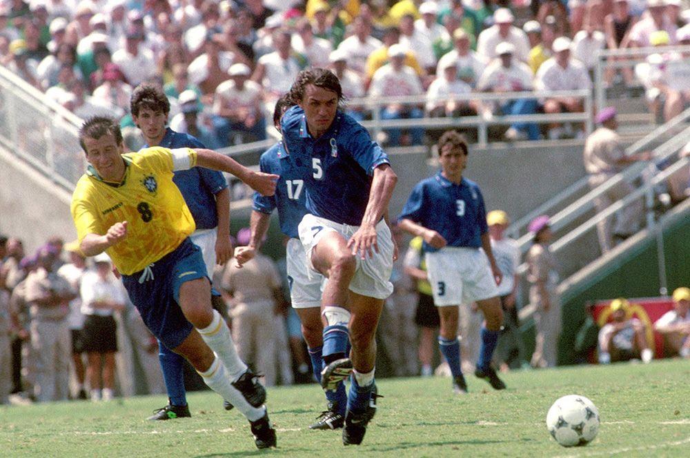 Паоло Мальдини. Всю свою футбольную карьеру Паоло Мальдини провел в одном клубе – «Милан». В нем он работает и сейчас в должности спортивного директора. Номер 3, под которым выступал легендарный защитник, навечно закреплен за Мальдини – ни один другой футболист «Милана» не имеет права под ним выступать.