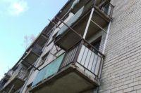 В результате падения с балкона мужчина получил смертельные травмы.