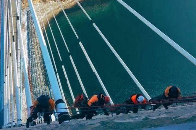 К работам по расчистке вант моста на остров Русский было приковано внимание миллионов людей.