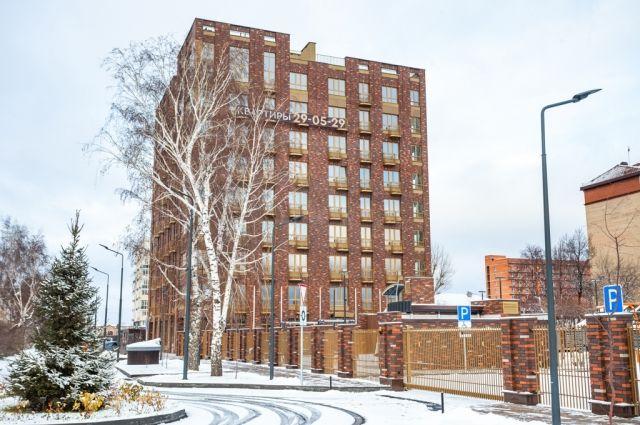 Плюсы этого варианта: жилой комплекс выполнен полностью из кирпича, закрытая территория, центр города.